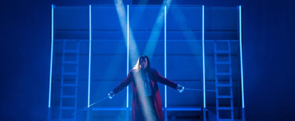 Cyrano de Bergerac (Christoph Wieschke) im Kampf gegen einhundert Mann