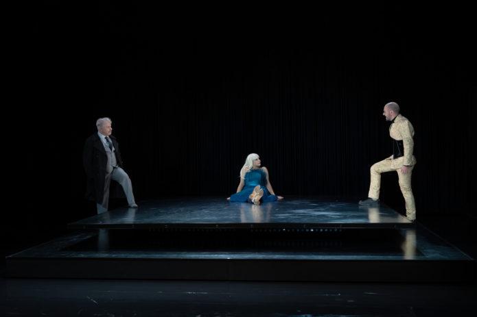 DER MENSCHENFEIND: Alceste (A. Connor), Célimène (K. Kahlert) & Oronte (Bülent Özdil)